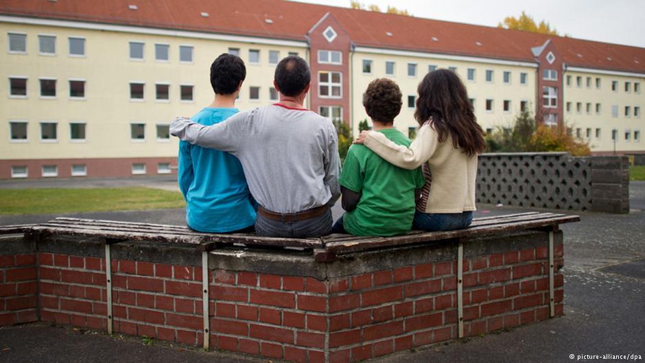 یک خانواده سوری در برابر اقامتگاه پناهندگان در براندنبورگ