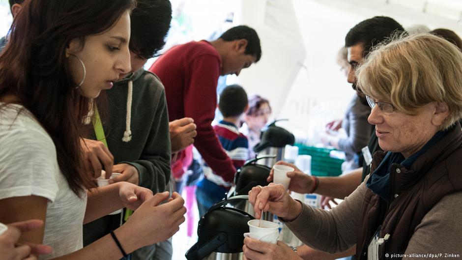 کمک افراد داوطلب به پناهجویانی که تازه وارد برلین، پایتخت آلمان شدهاند؛ عکس از آرشیو (سپتامبر ۲۰۱۴)