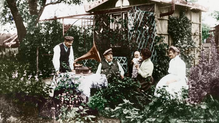 در سال ۱۸۶۵ با احداث یک زمین بازی برای کودکان خانوادههای کارگری