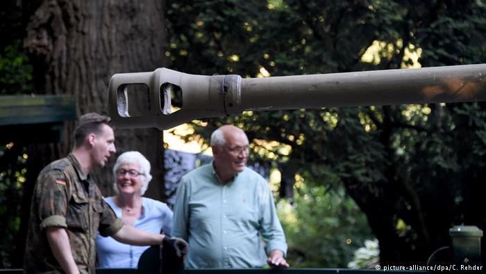 انتقال تسلیحات کشف شده کشف شده در خانه مسکونی در شمال آلمان به منطقه نظامی
