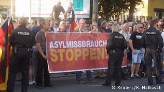 تظاهرات حزب راستگرای -ان پ د- علیه پناهجویان در شهر درسدن