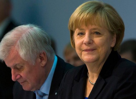 آنگلا مرکل در کنار هورست زیهوفر، رئیس حزب سوسیال مسیحی آلمان که دولت ایالتی بایرن را برعهده دارد