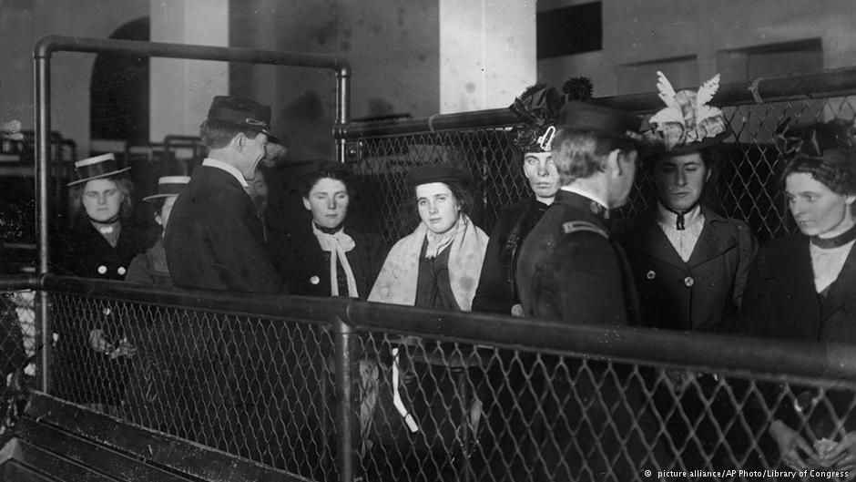 جزیره الیس، نیویورک، محل ورود مهاجران از کشورهای گوناگون به آمریکا. زمان تقریبی گرفتن این عکس در فاصله سالهای ۱۹۰۷ تا ۱۹۱۷ است