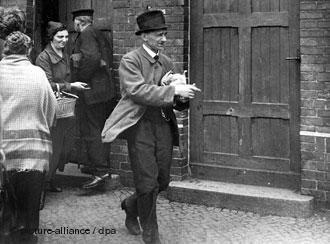دوره تورم شدید در سال ۱۹۲۳ در زمان جمهوری وایمار در آلمان؛ مردی از مغازهای که گوشت ارزان بیکیفیت میفروشد، خرید کرده است