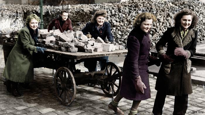زنان برلین در حال کمک به جمع کردن خرابهها و بازسازی شهر خود پس از جنگ جهانی دوم