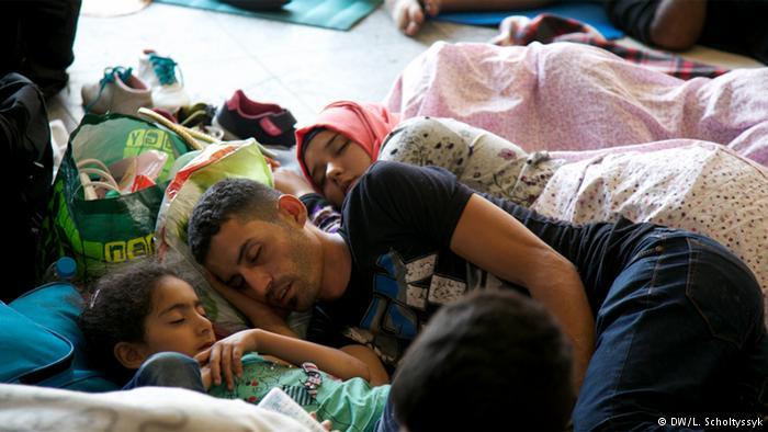 سرپرست یک خانوار سوری که در یک چادر در محوطه ترانزیت ایستگاه قطار بوداپست