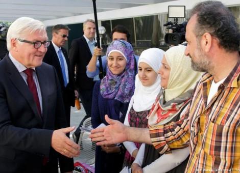 وزیر خارجه با جمعی از پناهجویان در سفارت آلمان در آنکارا