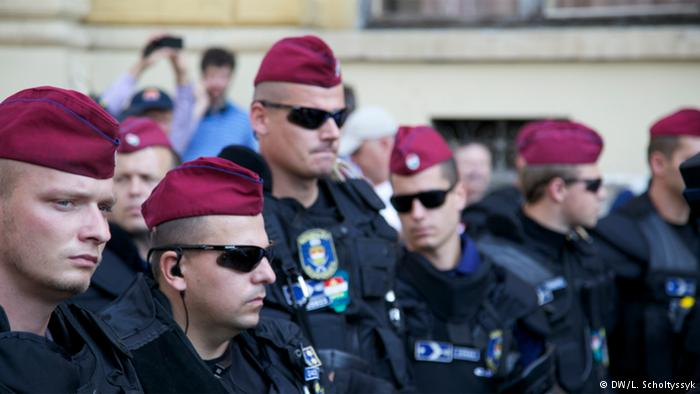 پلیس مجارستان دور تا دور ایستگاه قطار را کنترل میکند.