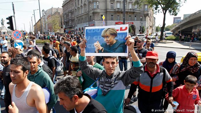 پناهجویان عکس آنگلا مرکل را به عنوان چهره محبوب خود حمل میکنند