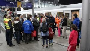 پناهجویان هنگام ورود به شهر دوسلدورف آلمان