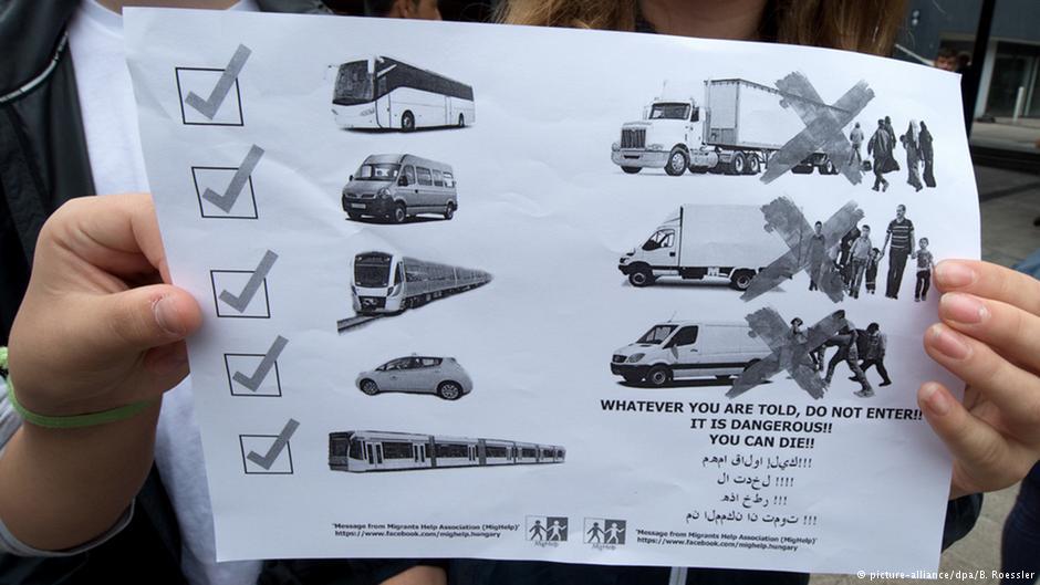 یک پلاکارد به پناهجویان هشدار میدهد که با کامیون سفر نکنند