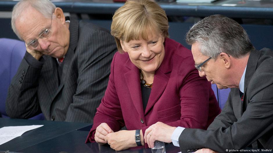 آنگلا مرکل صدراعظم آلمان در میان وزیران کشور و دارایی در پارلمان این کشور