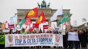 تظاهرکنندگان که با شعار  TTIP و Ceta را متوقف کنید.