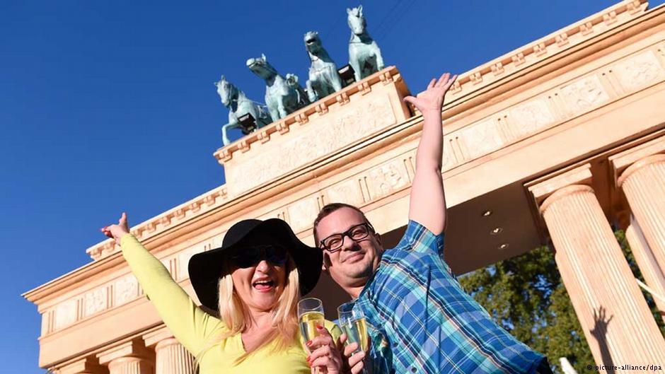 جشن و عکسهای یادگاری در کنار دروازه براندنبورگ نماد وحدت آلمان