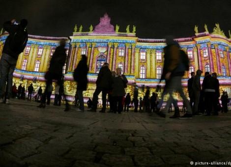 این روزها در شهر برلین جشواره نور در حال برگزاری است. بسیاری از ساختمانهای برلین شبها با نور تزئین میشوند.