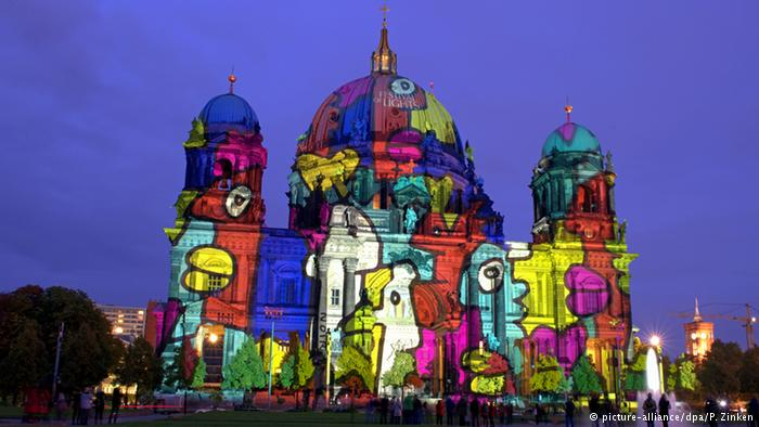 نمایی از کلیسای جامع برلین که جمعه ۱۷ مهر ۱۳۹۴، ۹ اکتبر ۲۰۱۶ با شروع شب به این حالت درآمده است.