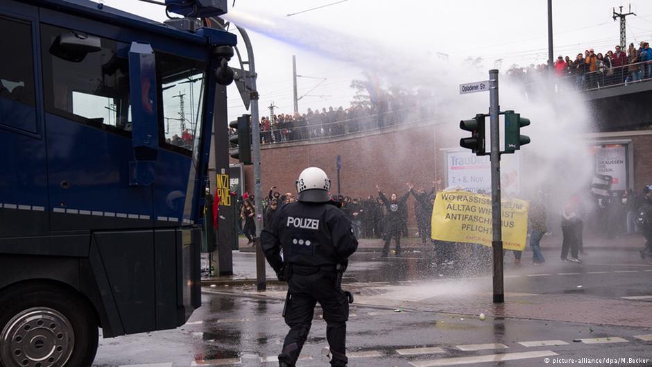 پلیس از ماشین آبپاش در برابر نیروهای چپگرای مستقل استفاده کرد که سنگ و مواد آتشزا پرتاب میکردند