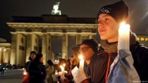 ۱۵ دقیقه شمع روشن برای اعتراض به خارجیستیزی در برلین