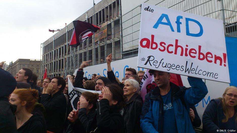 شعار مخالفان راستگرایان: «حزب آلترناتیو برای آلمان را از کشور اخراج کنید / پناهجویان خوش آمدید»