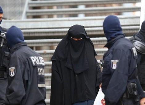 عکس از آرشیو؛ پلیس آلمان در برابر یک مسجد در برلین، پس از حمله ای ضربتی علیه اسلامگرایان در ۲۲ سپتامبر ۲۰۱۵