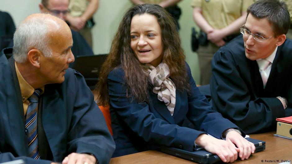 """بئاته چپه (وسط)، یکی از اعضای گروه نئونازی """"اناساو"""" در دادگاهی در مونیخ آلمان"""