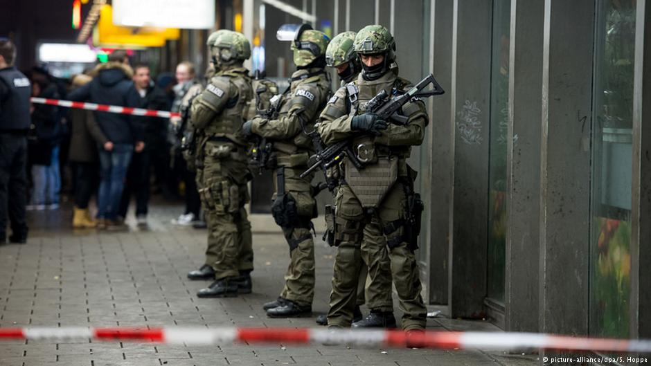 مأموران پلیس در مقابل ایستگاه مرکزی راهآهن مونیخ (پنجشنبه)