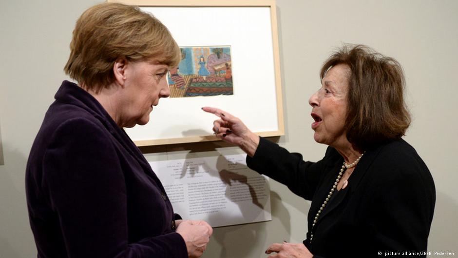 نلی تل، تنها هنرمند زنده این نمایشگاه در کنار صدراعظم آلمان
