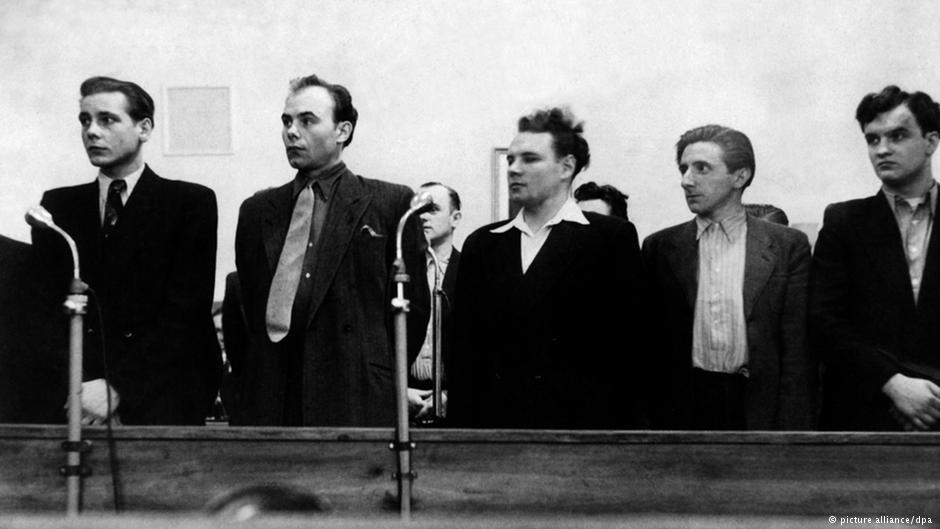 ۸ آوریل ۱۹۵۰: محاکمه ورنر گلادو (سوم از چپ) و همدستانش در دادگاه