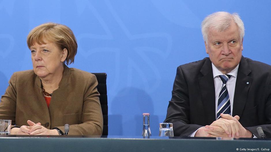 هورست زهوفر، نخست وزیر ایالت بایرن، همچنان از سیاست پناهجوپذیری آنگلا مرکل انتقاد میکند