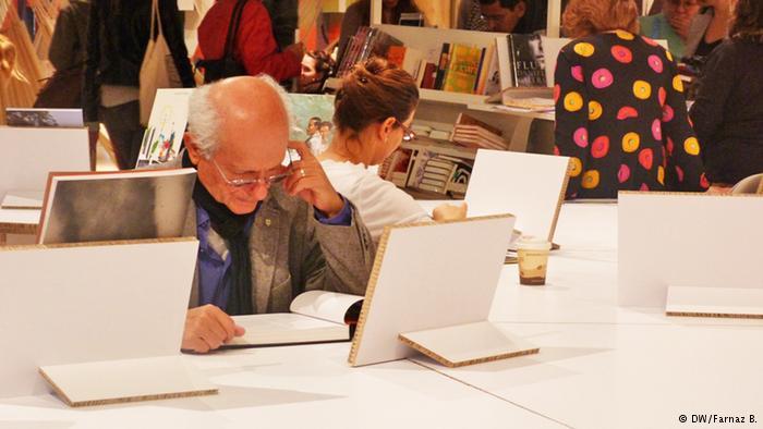 بازدیدکنندگان میتوانستند از میزهای مقوایی برای مطالعه کتابهای موجود استفاده کنند.